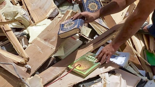 İsrailin hava saldırısında tamamen yıkılan kitapçıya 200 bin dolar bağış