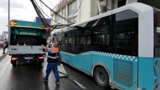 Üst geçitteki kablolar halk otobüsünün üzerine düştü