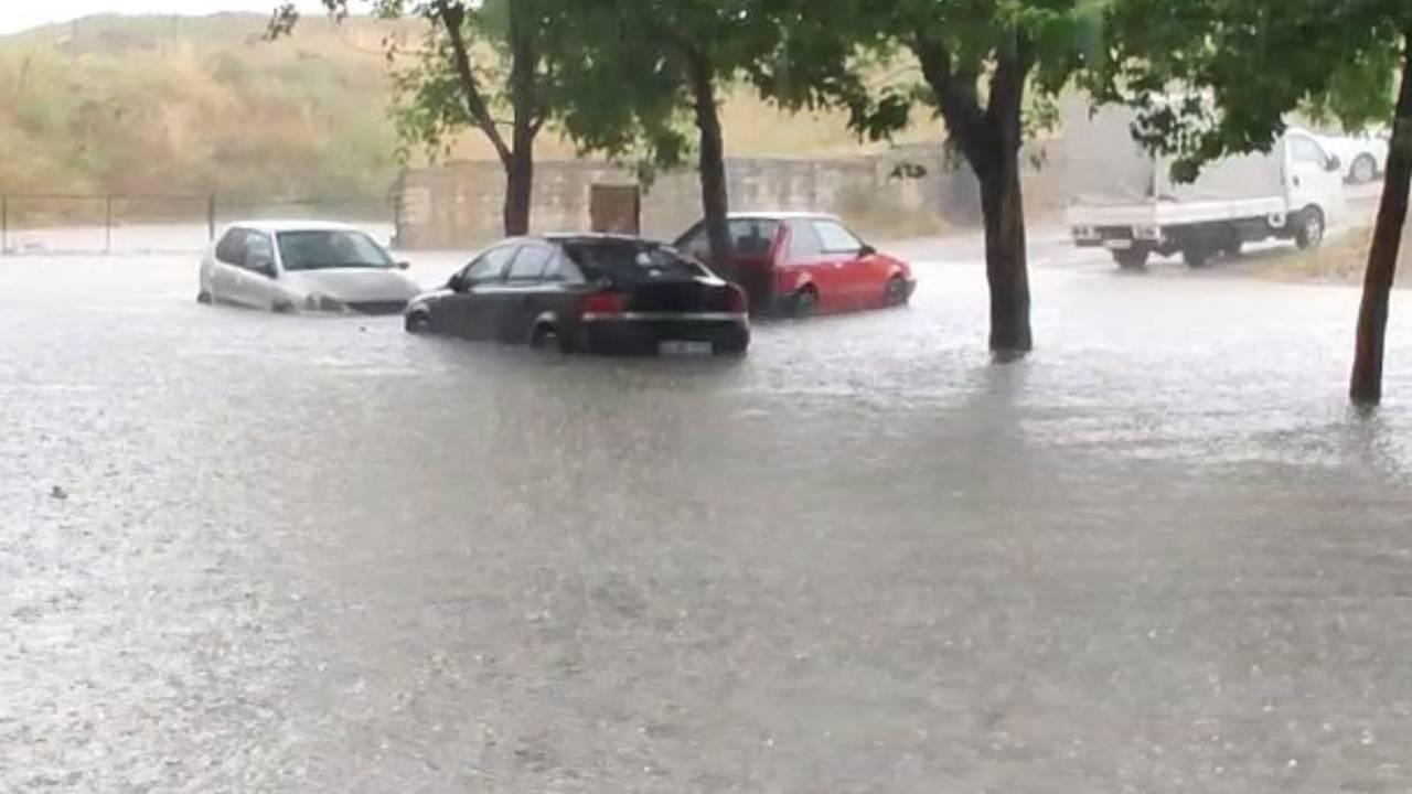 İstanbul'da araçlar mahsur kaldı, evleri su bastı