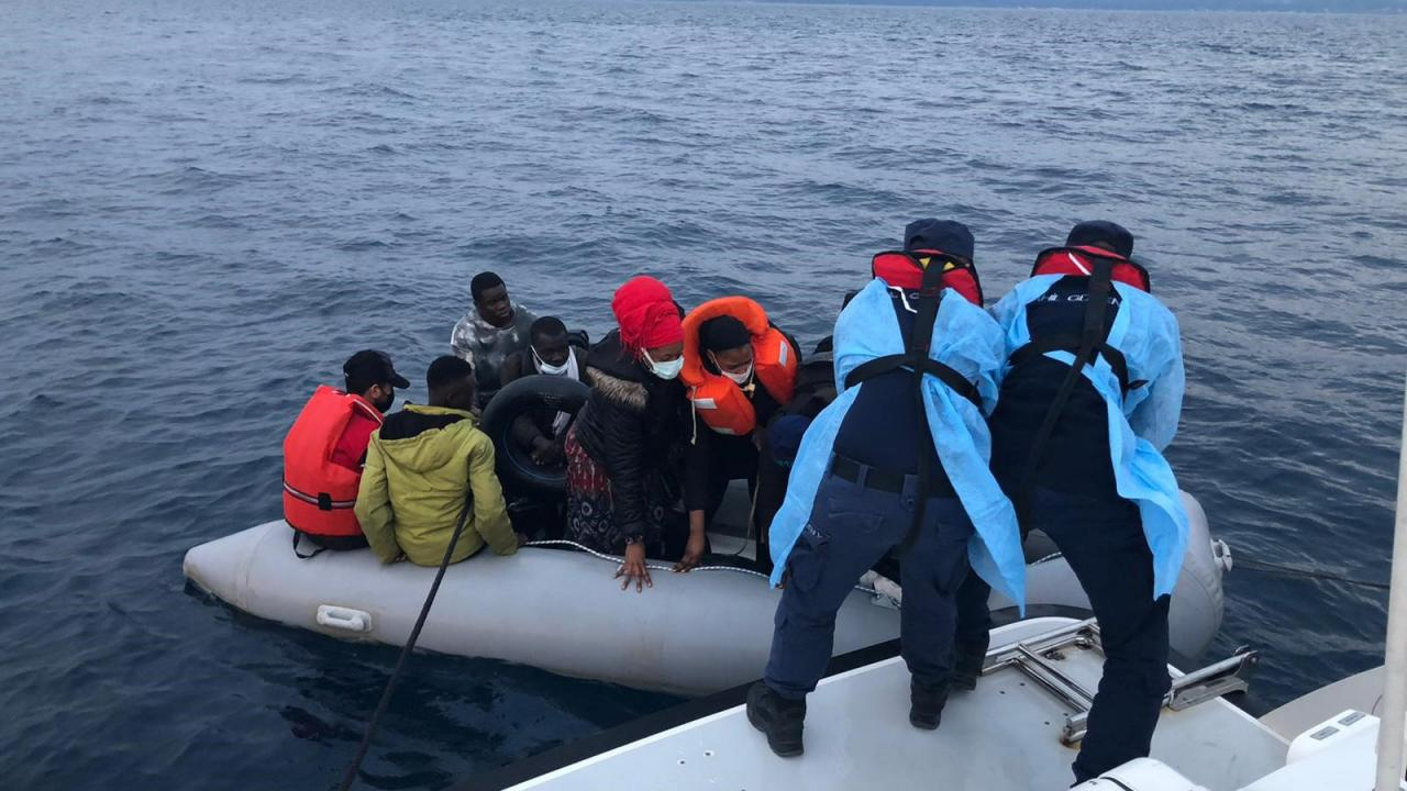 İzmir açıklarında 70 düzensiz göçmen kurtarıldı