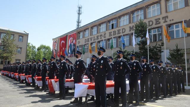 Erzurumda polis adaylarının mezuniyet sevinci