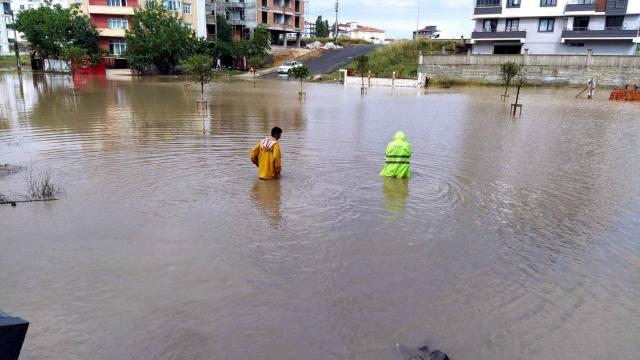 Çorluda sağanak; cadde ve sokaklar göle döndü