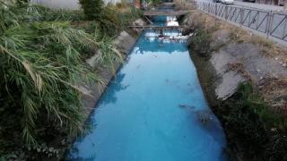 Sulama kanalının rengi maviye döndü, belediyeye ihbar yağdı