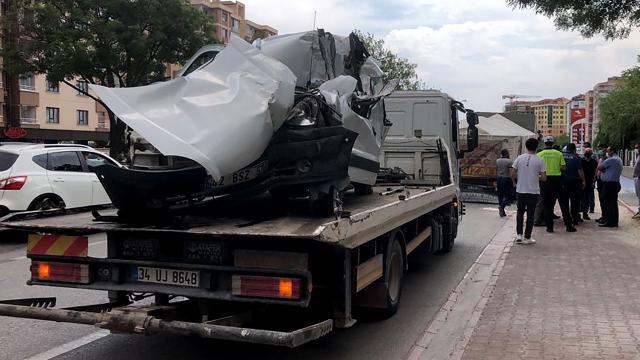 Konyada park halindeki kamyona çarpan hafif ticari aracın sürücüsü hayatını kaybetti