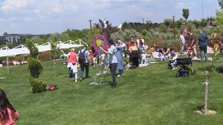 Babalar çocuklarıyla uçurtma şenliğinde eğlendiler