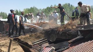 Özalp'ta tandır evi ve ahırın çatısında çıkan yangın hasara neden oldu