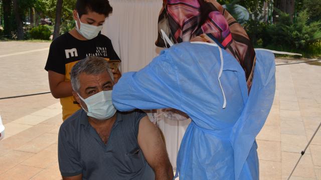 Gaziantepte 4 kez Covid-19 aşısı için randevu alıp korkudan gitmeyen kişiyi 12 yaşındaki oğlu ikna etti