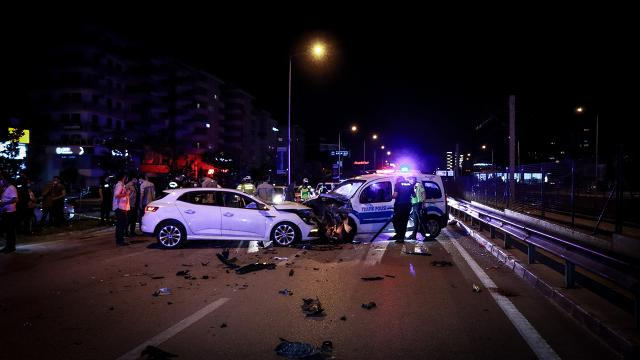 Alkollü sürücünün yaptığı kazada 2si polis 4 kişi yaralandı