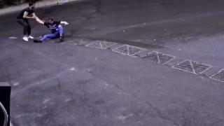 Motosikletten düşüp yolda kayan sürücüyü esnaf kurtardı