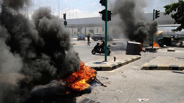 Lübnanda sokaklar ateşe verildi, yollar trafiğe kapatıldı
