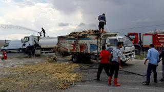 Kırıkkale'de seyir halindeki kamyonun kasasındaki sap balyaları yandı