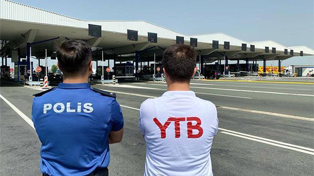 YTB Türkiyeye tatile gelen vatandaşları sınırda karşılıyor