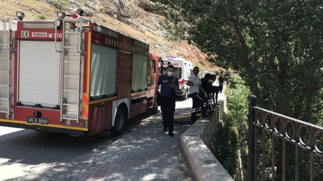Bayburtta nehir kenarına düşen otomobil duvar ile ağaç arasına sıkıştı: 2 yaralı