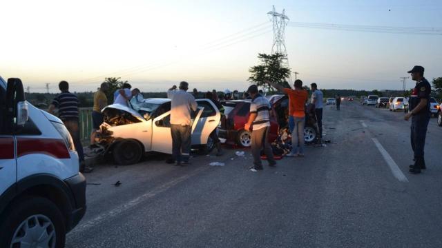 İki otomobil kafa kafaya çarpıştı: 3 ölü, 4 yaralı