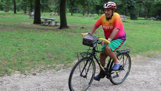 Eski milli sporcu sağlık çalışanları için pedal çeviriyor