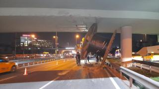 Tırın üstündeki dev makara köprüye takılarak yola düştü
