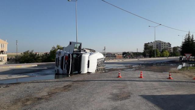 Konyada devrilen mazot yüklü tankerin sürücüsü yaralandı