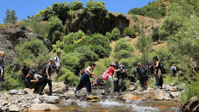 Doğasıyla cezbeden Bingölün Pargasur Şelalesi misafirlerini ağırlıyor