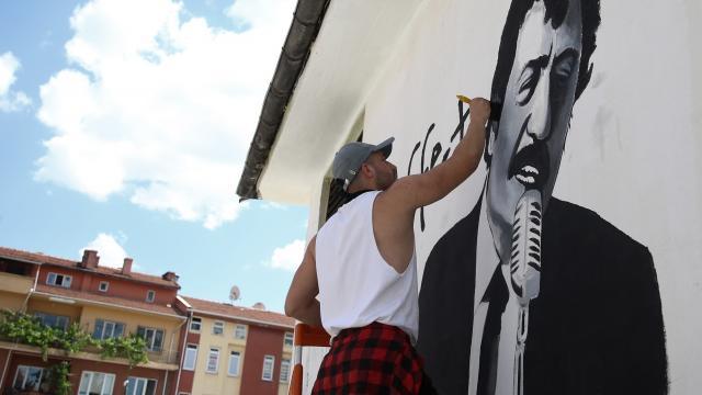 Genç ressam Eskişehirin duvarlarını Yeşilçamın unutulmaz sanatçılarının resimleriyle renklendiriyor