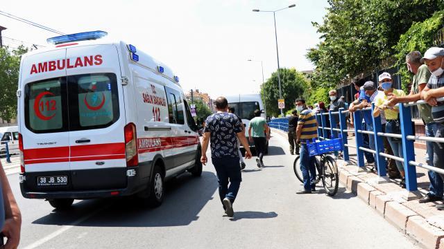 Kayseride panelvanın çarptığı genç ağır yaralandı