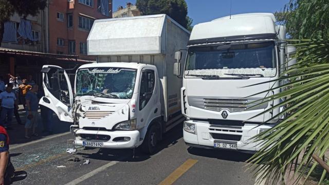 Nazillide iki kamyonet çarpıştı: 1 yaralı