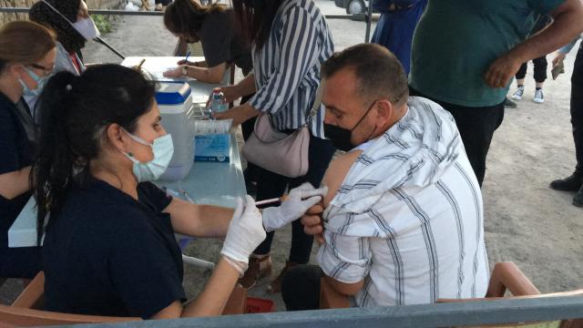 Niğde Belediyesince düzenlenen konserde vatandaşlara Covid-19 aşısı yapıldı