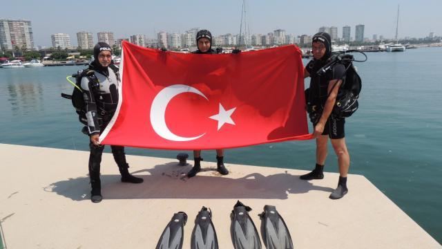 Mersinde dalgıç polisler su altında Denizcilik ve Kabotaj Bayramını kutladı