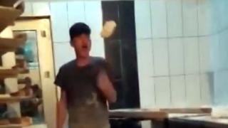 Fırında skandal görüntü: Ekmek hamuruyla oynadılar
