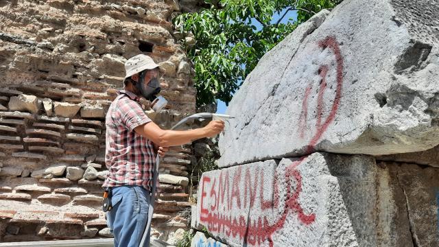 """İznikin tarihi surlarındaki yazılar """"kumlama"""" yöntemiyle siliniyor"""