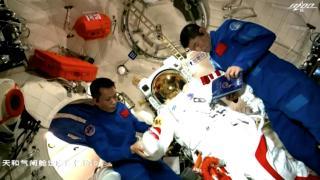 Çinli taykonotlar yeni uzay istasyonundaki ilk uzay yürüyüşünü yaptı