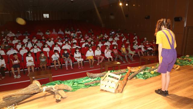 Erdemlide kırsal mahallelerde yaşayan çocuklar deniz ve tiyatro ile tanıştı