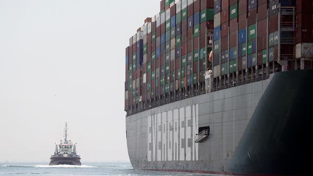 Süveyş Kanalını tıkayan Ever Given gemisi Mısırdan ayrılıyor