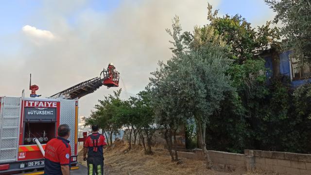 Denizlide evde çıkan yangında bir kişi dumandan etkilendi