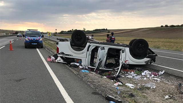 Kırıkkalede kamyonet refüje devrildi: 4 yaralı