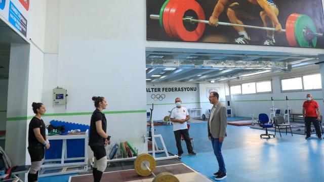 Bakan Kasapoğlu Olimpiyat Hazırlık Merkezini ziyaret etti