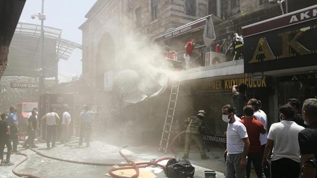 Bursada Tarihi Kapalı Çarşıda yangın: 3 kişi hastaneye kaldırıldı