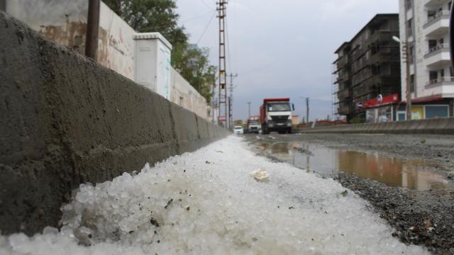 Iğdırda etkili olan dolu ve fırtına hayatı olumsuz etkiledi