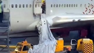 Nefessiz kalan yolcular uçağın acil çıkış kapısını açtı