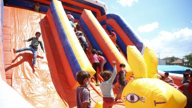 Eskişehirde bir grup yardımsever mevsimlik tarım işçilerinin çocukları için seyyar oyun parkı oluşturdu
