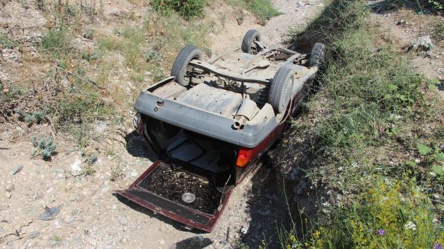 Taşovada dere yatağına devrilen otomobilin sürücüsü yaralandı