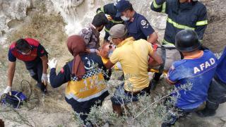 Fotoğraf çekerken kayalıkların arasına düşen turist kurtarıldı