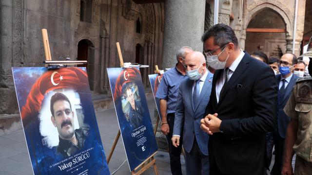 """Tarihi Çifte Minareli Medresede """"15 Temmuz"""" konulu fotoğraf sergisi açıldı"""