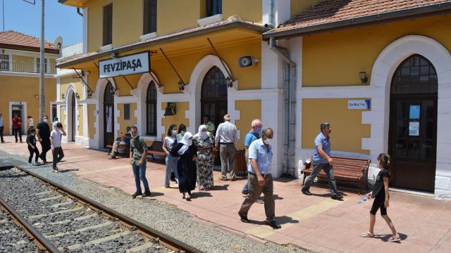 İslahiyede tren seferlerinin yeniden başlaması vatandaşları sevindirdi