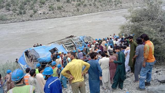 Pakistanda Çinli işçileri taşıyan araca saldırı