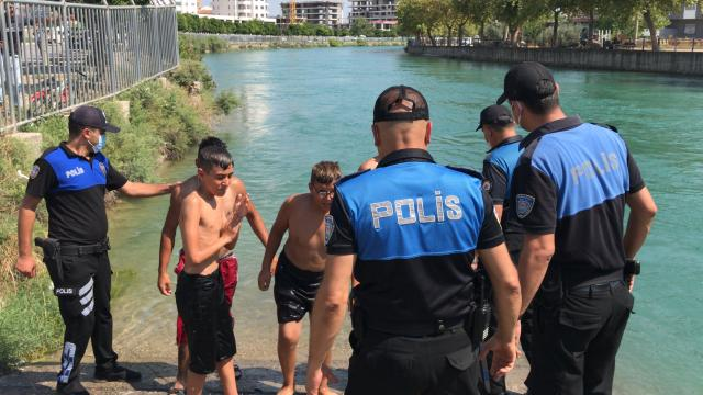 Adanada polis sulama kanallarında yüzen gençleri havuzla buluşturdu