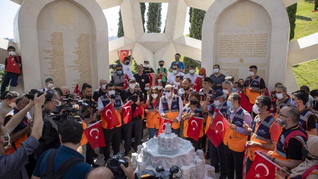 AFAD gönüllüleri, 15 Temmuz Şehitler Anıtına karanfil bıraktı