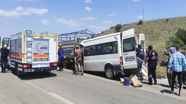 Afyonkarahisarda minibüs kamyonete çarptı: 17 yaralı