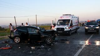Aksaray'da gurbetçilerin bulunduğu otomobil düğün konvoyuyla çarpıştı