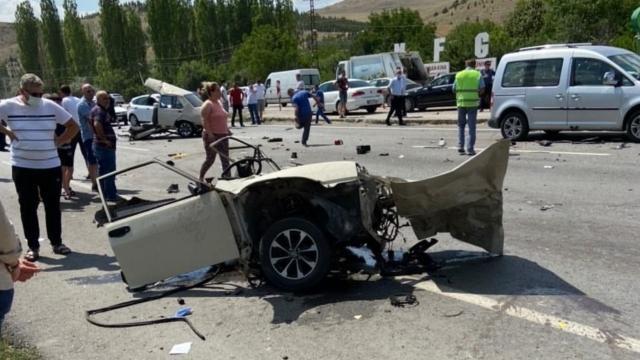 Ankarada trafik kazası: Araç ikiye bölündü