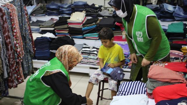Hatayda yetim ve ihtiyaç sahibi ailelerin çocuklarına bayramlık kıyafet yardımı